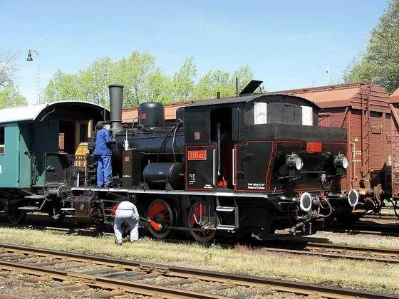 21.05.2005 - Meziměstí: oslavy 130 let trati Choceň - Broumov, 310.922 se podrobuje provoznímu ošetření © PhDr. Zbyněk Zlinský