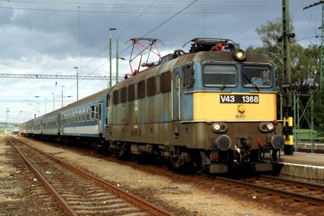 9.9.2007 - Hidasnémeti: V43 1368 v čele os. vlaku 5313 Hidasnémeti – Füzesabony © Ing. Peter Antoš