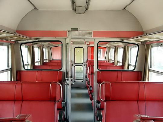 17.09.2006 - Zastávka u Brna: motorový vůz 850.001-9 - zadní oddíl pro cestující, pohled dopředu © PhDr. Zbyněk Zlinský