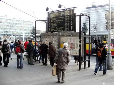 28.03.2007 - Hradec Králové: Riegrovo náměstí - tabule s odjezdy spojů MHD © PhDr. Zbyněk Zlinský