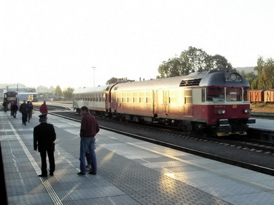 """22.09.2007 - Turnov: """"historická"""" Lenka 854.021-3 a náš vlakvedoucí podávající informace (foto z R 980) © PhDr. Zbyněk Zlinský"""