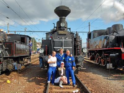 08.09.2007 - Nákladná st. Zvolen: Viťazná posádka s nežnou polovičkou a svojou milou v pozadí © Ing. Martin Filo