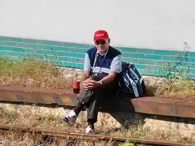 29.09.2007 - Břeclav: autor těchto řádků chorou nohu si hýčkající, na kamarády čekající © Radek Hořínek
