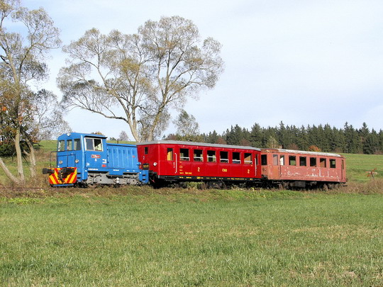 08.10.2005 - u Nížkova: akce SPŽ - T 211.0777 s vozy Blm 5-2243 a BDlm 83-09 209-8 © PhDr. Zbyněk Zlinský