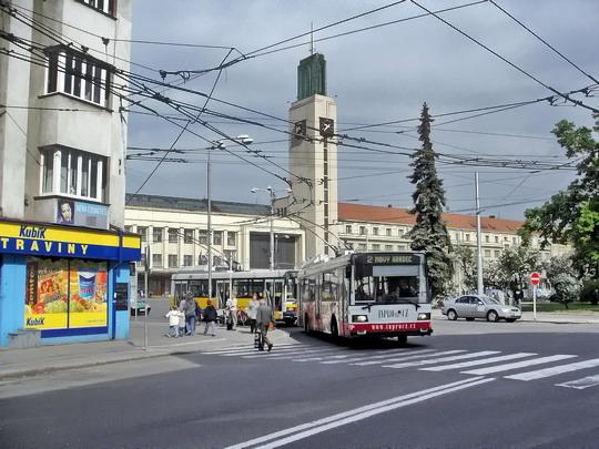 05.05.2007 - Hradec Králové: trolejbus č. 42 na lince č. 2 odjíždí od hlavního nádraží, za ním č. 51 na lince č. 6 © PhDr. Zbyněk Zlinský