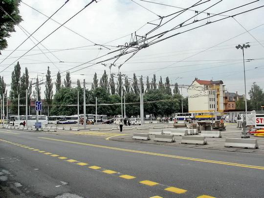 31.05.2007 - Hradec Králové: budování přechodné konečné trolejbusů u Koruny, zde bude jednou stát Palác Koruna © PhDr. Zbyněk Zlinský