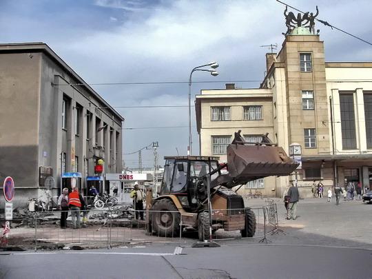 05.05.2007 - Hradec Králové: stavební práce v Zamenhofově ulici u pošty 2, v pozadí nádraží  © PhDr. Zbyněk Zlinský