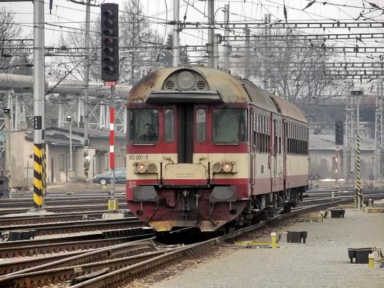 24.03.2005 - Hradec Králové hl.n.: 852.001-7 v čele přijíždějícího Os 5503 Turnov - Hradec Králové © PhDr. Zbyněk Zlinský