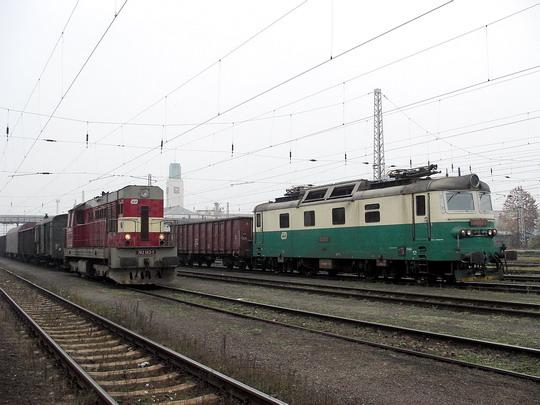Ilustrační snímek * 07.11.2005 - Hradec Králové hl.n.: 742.143-1 a 130.008-6 v čele nákladních vlaků © PhDr. Zbyněk Zlinský