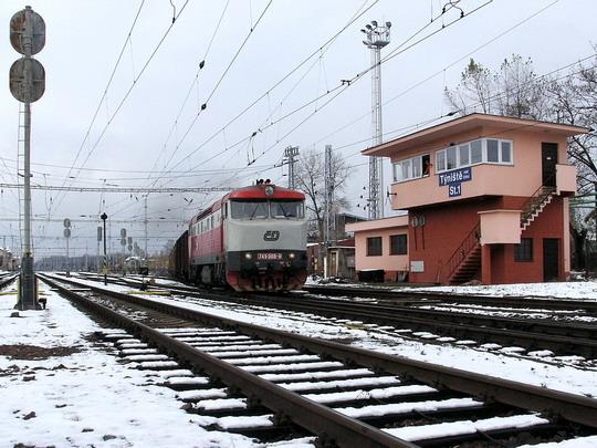 Ilustrační snímek * 19.11.2005 - Týniště n.O.: 749.008-9 odjíždí s nákladním vlakem  © PhDr. Zbyněk Zlinský
