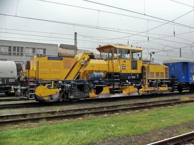 29.10.2007 - Hradec Králové hl.n.: štěrkový pluh se zásobníkem SPZ 5-01 čeká na volno © PhDr. Zbyněk Zlinský