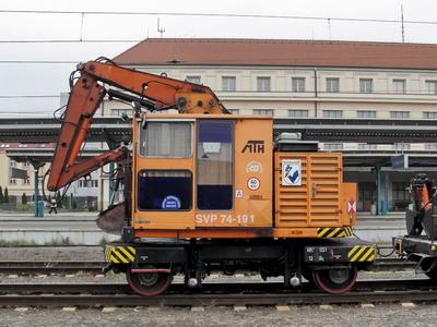 29.10.2007 - Hradec Králové hl.n.: stroj na výměnu pražců  SVP 74-191 © PhDr. Zbyněk Zlinský