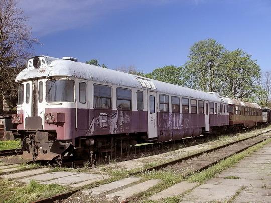 21.05.2005 - Meziměstí: prototypy 860.002-5 a 860.001-7 v ohradě za nádražím © PhDr. Zbyněk Zlinský