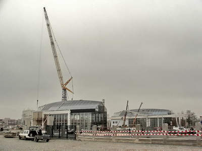 29.10.2007 - Hradec Králové: montáž brány areálu ČD, budovy terminálu BUS a jeřáb Liebherr 1800 © PhDr. Zbyněk Zlinský