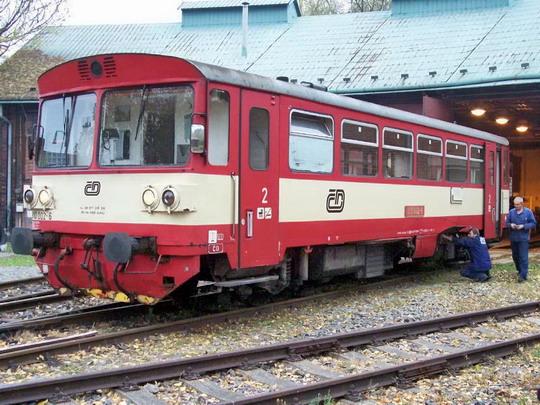 27.10.2004 - Frýdek-Místek: druhý prototyp 810.002 (ex M 152.0002 ex M 151.0002) u remízy © Václav Vyskočil