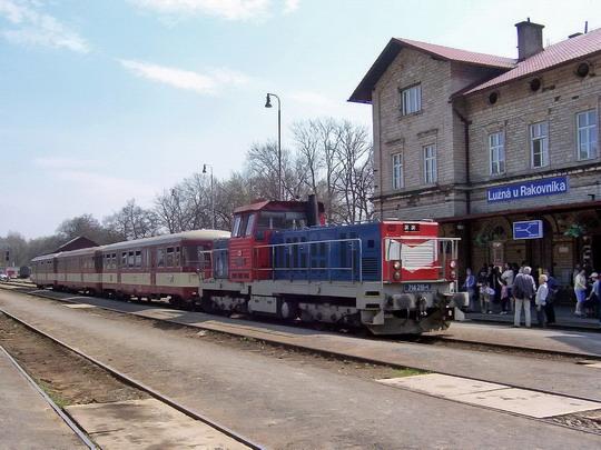 26.04.2003 - Lužná u Rak.: 714.215-1s vozy řady 021 na spěšném vlaku Praha Masarykovo n. - Rakovník © PhDr. Zbyněk Zlinský