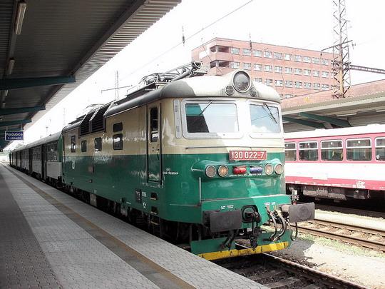 Mašinku Carga už asi v osobní dopravě neuvidíme (Pardubice hl.n. 1.7.2006)  © PhDr. Zbyněk Zlinský