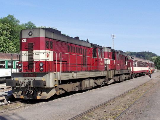 Nákladní dvojička na postrku osobního vlaku? Asi už ne... (Trutnov hl.n.  21.5.2005) © PhDr. Zbyněk Zlinský