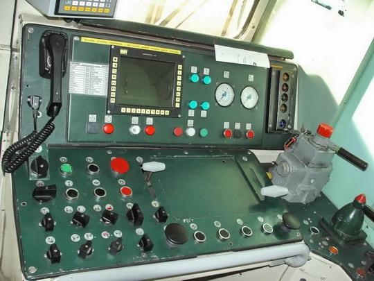 29.09.2007 - Břeclav: 842.001-0 - přední stanoviště, řídicí pult © PhDr. Zbyněk Zlinský