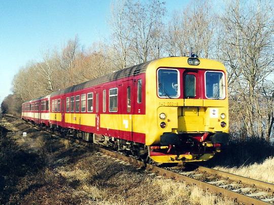 Podzim 1998 - širá trať: 842.002-8 v původním nátěru jede kolem Nového rybníka u Sedlece jako Os ze Znojma do Břeclavi © Milan Vojtek
