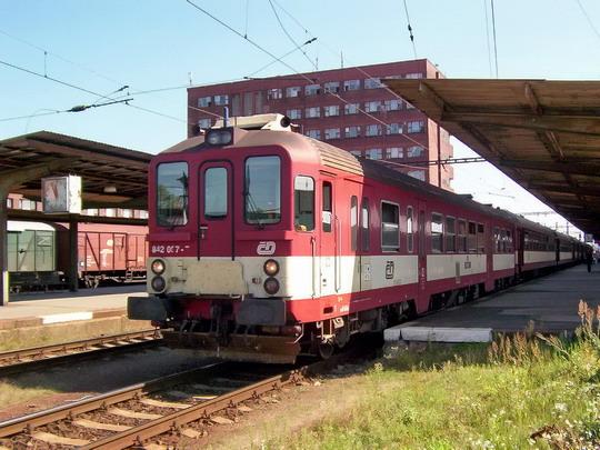 """06.09.2004 - Pardubice hl.n.: """"kvatro"""" 842.007-7 v čele R 682 do Liberce © PhDr. Zbyněk Zlinský"""