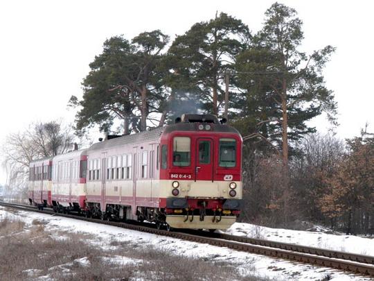 03.03.2004 - Valtice:  842.014-3 opustil zastávku Valtice město a uhání do Břeclavi © Milan Vojtek