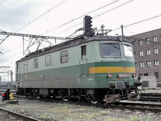 Ještě pražská 141.055-4 strojově projíždějící žst. Praha hl.n. dne 13.5.2006  © PhDr. Zbyněk Zlinský