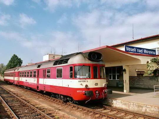 28.08.2007 - Veselí nad Moravou: 850.028 a vozy 050 jako Os 4107 © Radek Hořínek