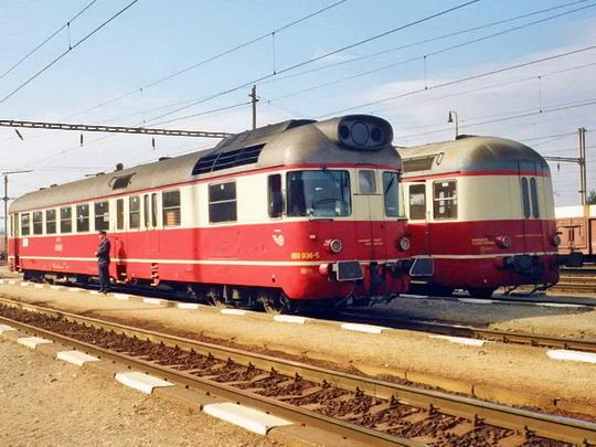 17.10.2000 - Trenčianska Teplá: 850.036 a vůz řady 050 k svými čely sobě ladí © Radoslav Macháček
