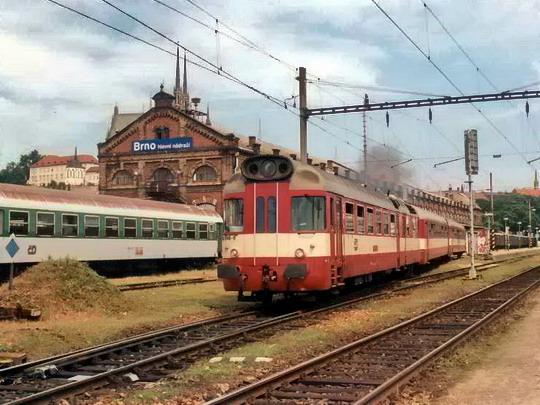 03.07.2005 - Brno hl.n.: 850.048 s vozy 050 jako Os 4406 © Radek Hořínek