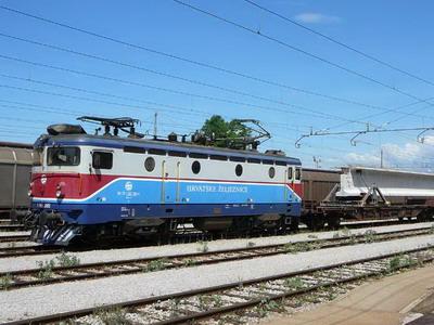 Nákladní vlak projíždí stanicí Karlovac, 12.7.2007, © Tomáš Kraus