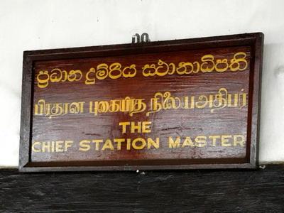 Označenie dopravnej kancelárie stanice Hatton dňa 1.11.2007 © Juraj Číž