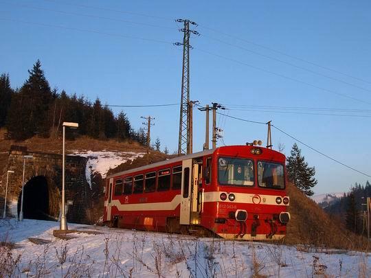 Autobus hne� za portálom tunela na zastávke Telgárt penzión.