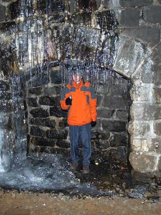 M&jo vo výklenku tunela skúma �istotu pravého tunelového �adu.