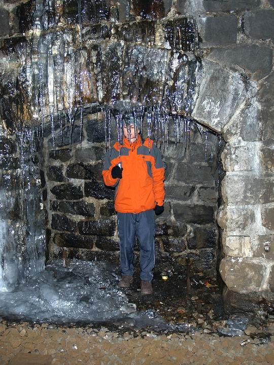 M&jo vo výklenku tunela skúma čistotu pravého tunelového ľadu.