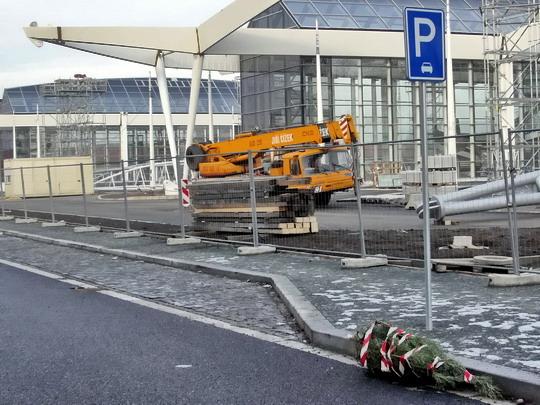 13.01.2008 - terminál BUS, pohozený vánoční stromek ukazuje, že už měl být dávno v provozu © PhDr. Zbyněk Zlinský