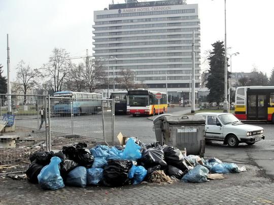 """13.01.2008 - Riegrovo nám., """"pořádek"""" před nádražní halou vítá cestující © PhDr. Zbyněk Zlinský"""