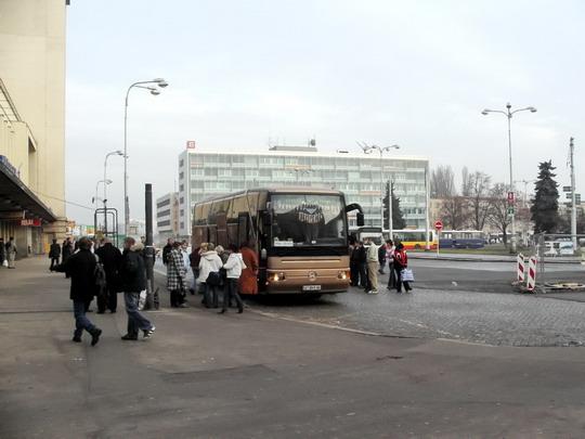13.01.2008 - Riegrovo nám., autobus Praha - Kolomyja stojící tam, kde nemá © PhDr. Zbyněk Zlinský