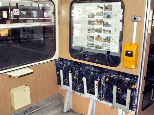 """29.09.2007 - Břeclav: 809.336-1 """"de luxe"""" - přední nástupní prostor se signalizací a označovačem jízdenek © PhDr. Zbyněk Zlinský"""