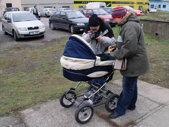 26.1.2008 - Olomouc-Nová Ulice: autorka reportáže a Karel fotící si Radku v kočárku © Radek Hořínek
