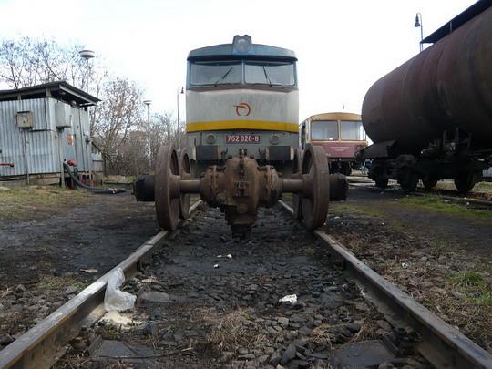 26.01.2008 - Lučenec: zamračená pózuje s podvozkami © Jozef Michalko