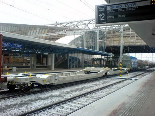 Dva kusy holandských vozňov Sdggmrs na vlaku smer Košice, Poprad, 29.12.2007 © štb