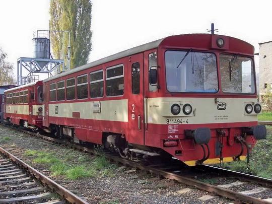 27.10.2004 - LD Valašské Meziříčí: odstavené vozy 811.494-4 a 811.082-7 © Václav Vyskočil