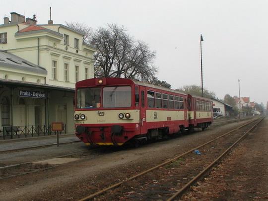 06.11.2008 - Praha-Dejvice: 811.494-4 v čele Os 9828 Praha Masarykovo n. - Kladno-Ostrovec © PhDr. Zbyněk Zlinský