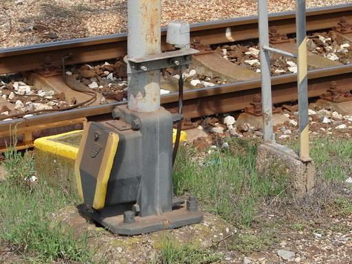 Integra – kotvenie a transformátorová skrinka nesúca logo AŽD, Štúrovo, 13. 8. 2007... © Ing. Marko Engler