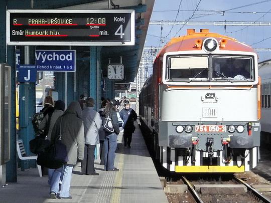 15.02.2008 - Hradec Králové hl.n.: 754.050-3 přiváží R 652 Trutnov hl.n.- Praha-Vršovice © PhDr. Zbyněk Zlinský