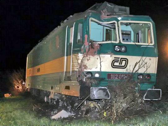 19.03.2007 - Cítov: lokomotiva 161.011-1 po nehodě © ČTK