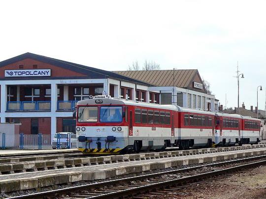 19.2.2008 - Topoľčany: pohled na stanici - 813 009 © Karel Furiš