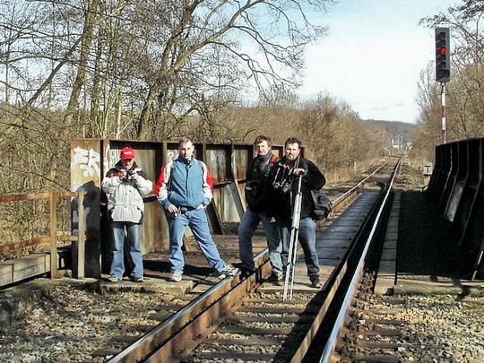 """23.02.2008 - odbočka Sudkov: skupinové foto před překročením Moravy na """"slovenskou stranu"""" - Karel, Staňa, Martin a Radek © PhDr. Zbyněk Zlinský"""