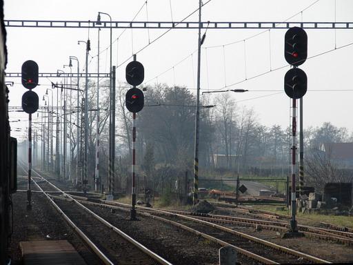 """Návestidlá vzor ZSSR s """"trafozákladom"""" AŽD vz. 65 a so svorkovnicou ESP/ČKD, Cífer, 4. 12. 2005... © Ing. Marko Engler"""